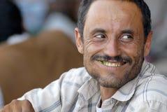 Mannen tuggar khat (edulis Catha) på den lokala marknaden i Lahij, Yemen Royaltyfria Foton