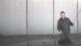 Mannen tvättar bilen stock video