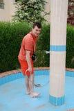 Mannen tvättar foten av andan i gatan royaltyfria bilder