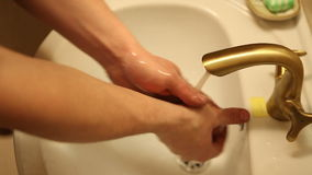 Mannen tvättar hans händer under klappet stock video