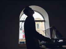 Mannen tycker om att lyssna till musik på vinylrekord Royaltyfria Foton