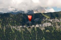 Mannen tycker om frihet av paragliding Royaltyfri Bild