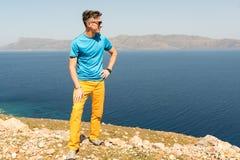 Mannen tycker om hans semester i Grekland nära havet Royaltyfri Bild
