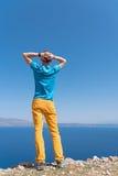 Mannen tycker om hans semester nära havet Arkivfoton