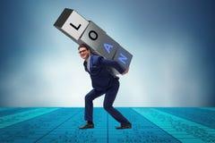 Mannen under bördan av lånet arkivfoto