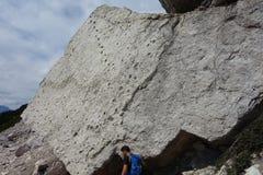 Mannen under fossil vaggar på det Pelmo maximumet Royaltyfri Bild