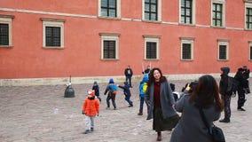 Mannen underhåller barn med stora såpbubblor i slottfyrkanten av den gamla staden stock video