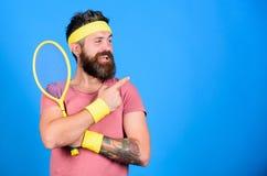Mannen uppsökte hipsteren bär gammal skola, sport somdräkten med förbinder Retro mode för tennisspelare Racket för idrottsman nen arkivbilder