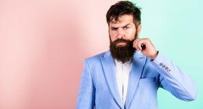 Mannen uppsökte hipsteren som vrider bakgrund för mustaschrosa färgblått Ultimat mustasch som ansar handboken Expertspetsar för a fotografering för bildbyråer