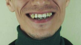 Mannen uttalar den främsta kameran för ord mun tänder leende borstet visa tungan arkivfilmer