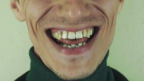 Mannen uttalar eftertryckligt den främsta kameran för ord mun tänder skratt borstet stock video