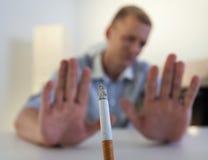 Mannen vägrar att röka en cigarett Fotografering för Bildbyråer