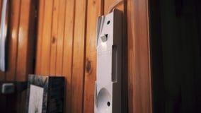 Mannen väljer upp högtalaranläggningen från väggen och hänger den tillbaka i några sekunder Handlingen visas i n?rbild stock video