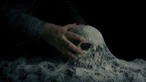 Mannen väljer upp skallen i forntida gravvalv stock video