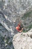 Mannen vaggar klättrareklättringar på klippan Royaltyfri Fotografi