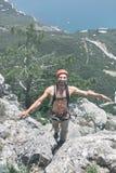 Mannen vaggar klättrareklättringar på klippan Royaltyfri Foto