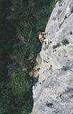 Mannen vaggar klättrareklättringar på klippan Royaltyfria Foton