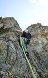 Mannen vaggar klättraren på en brant granitklättringrutt i de schweiziska fjällängarna nära St Moritz royaltyfri fotografi