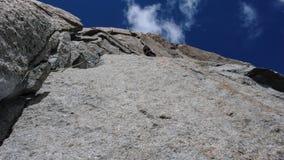 Mannen vaggar klättraren på en brant granitrutt i bergen nära Chamonix i de franska fjällängarna royaltyfri foto