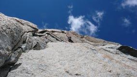 Mannen vaggar klättraren på en brant granitrutt i bergen nära Chamonix i de franska fjällängarna royaltyfria foton