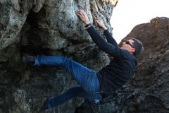 Mannen vaggar klättring arkivbild