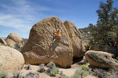 Mannen vaggar klättring arkivfoton