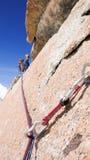 Mannen vaggar klättring som en brant vertikal granit vaggar klättringrutten i de franska fjällängarna nära Mont Blanc ovanför den royaltyfria foton