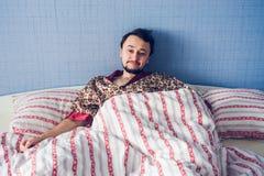 Mannen vaknade upp i morgonen och den lyckliga nya dagen Royaltyfria Bilder