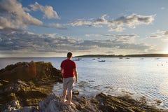 Mannen vid havet vaggar på Fotografering för Bildbyråer