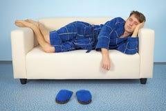 Mannen vilar hemma efter arbete royaltyfri fotografi