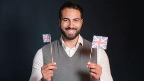 Mannen visar engelska flaggor arkivfilmer