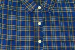 Mannens den blåa skjortan för bomullsplädet - lagerföra fotoet Arkivfoto