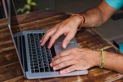Mannens händer som arbetar för dator affärsplanet royaltyfri bild