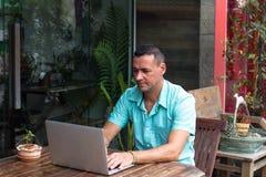 Mannens händer som arbetar för dator affärsplanet royaltyfria bilder