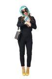 Mannequin élégant avec le foulard et lunettes de soleil vérifiant le temps sur la montre-bracelet Images libres de droits