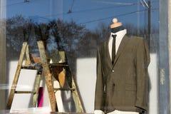Mannequin adapté dans la fenêtre de devanture de magasin image libre de droits