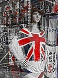 Mannequin auf dem Fenster eines Andenken ` s Shops in London Stockfoto
