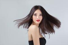 Mannequin avec des cheveux soufflant dans le vent dans le studio Image stock