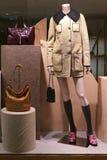Mannequin avec des sacs à main de manteau et de cuir d'hiver Photographie stock libre de droits