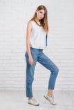Mannequin avec la longue pose de cheveux Jeans, veste en cuir Photographie stock libre de droits