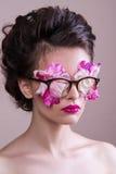 Mannequin avec le maquillage lumineux et le scintillement coloré et étincelles sur son visage et corps Photos libres de droits