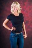 Mannequin blond sexy de fille dans des blues-jean Photo stock