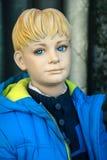 Mannequin - blonder Junge mit Anorak Stockfoto