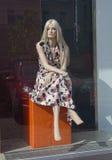Mannequin - blondes Sitzen und Schauen in den Shopfenstern Lizenzfreie Stockbilder