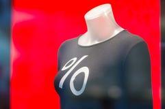 Mannequin com sinal de por cento no pano na alameda Imagens de Stock