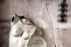 Mannequin contre le mur photographie stock libre de droits