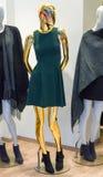Mannequin d'or de mode avec des Frances de robe photo stock