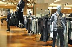 Mannequin da forma do Mens na loja fotografia de stock
