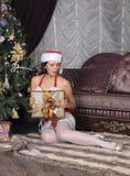 Mannequin dans les bas posant dans le studio Images stock