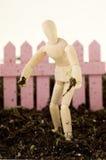 Mannequin, das den Sämling steht im Boden pflanzt stockfotografie